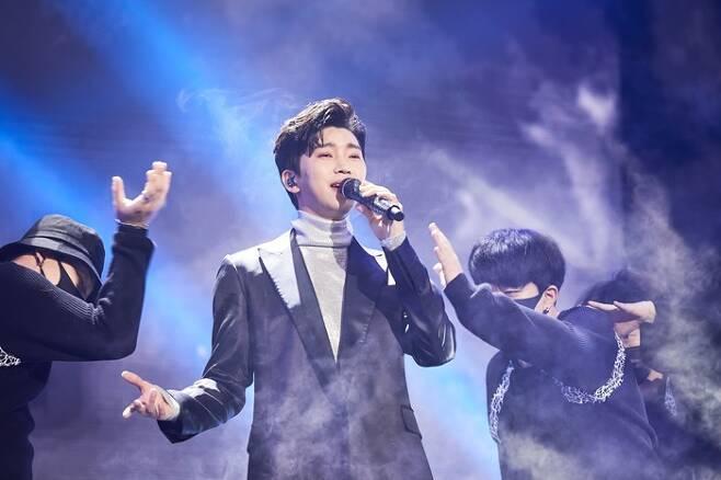가수 임영웅이 지난해 12월 31일 온라인 생중계로 진행된 '2020 MBC 가요대제전' 무대에서 열정적인 공연을 펼치고 있다. /사진=뉴스1