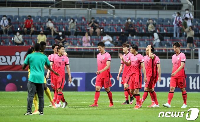 [사진] 경기장 나서는 대한민국 선수들