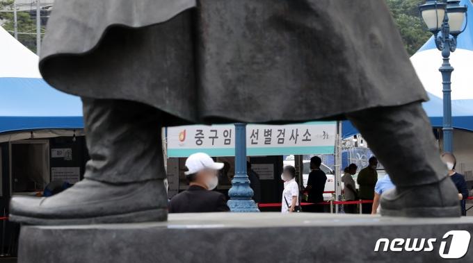 11일 오전 서울역 광장에 마련된 중구 임시선별진료소에서 시민들이 검체검사 순서를 기다리고 있다. /뉴스1 © News1 이동해 기자