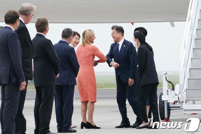 문재인 대통령과 부인 김정숙 여사가 11일(현지시간) G7 정상회의 참석차 영국 콘월 뉴키 공항에 도착해 환영인사와 인사를 나누고 있다. (청와대 제공) 2021.6.12/뉴스1 © News1 이광호 기자