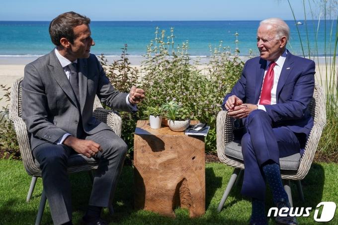에마뉘엘 마크롱 프랑스 대통령과 조 바이든 미국 대통령이 2021년 6월 12일 영국 콘월 카비스 베이에서 개최 중인 주요 7개국(G7) 정상회의 계기 양자회담을 갖고 있다. © 로이터=뉴스1 © News1 최서윤 기자