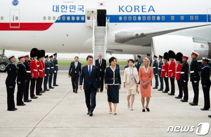 문재인 대통령과 부인 김정숙 여사가 지난 11일(현지시간) G7 정상회의 참석차 영국 콘월 뉴키 공항에 도착해 공군1호기에서 내려 이동하고 있는 모습. (G7 정상회의 제공) 2021.6.12/뉴스1