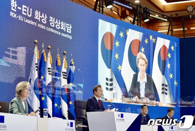 문재인 대통령이 지난해 6월30일 청와대에서 열린 유럽연합(EU)과의 화상 정상회담에서 발언을 하고 있는 모습. (청와대 제공) 2020.6.30/뉴스1