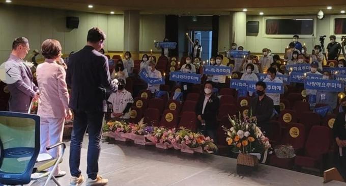 추미애 전 법무부 장관이 12일 부산에서 열린 '개혁국민운동본부' 영남 발대식에 참석, 자신의 지지자들에게 인사를 하고 있다. (페이스북 갈무리) © 뉴스1