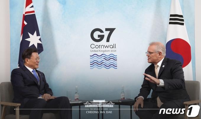 G7(주요 7개국) 정상회의에 참석 중인 문재인 대통령이 12일(현지시간) 영국 콘월 시내 한 호텔에서 스콧 모리슨(Scott Morrison) 호주 총리와 양자회담을 하고 있다. (청와대 페이스북) 2021.6.12/뉴스1