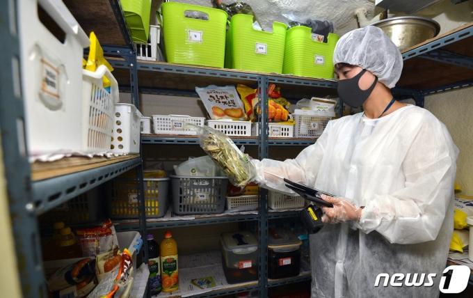 대구 달서구 상인동 한 어린이집에서 달서구 보건소 관계자들이 식중독 예방을 위한 급식시설 위생 상태를 점검하고 있다./뉴스1 © News1 공정식 기자