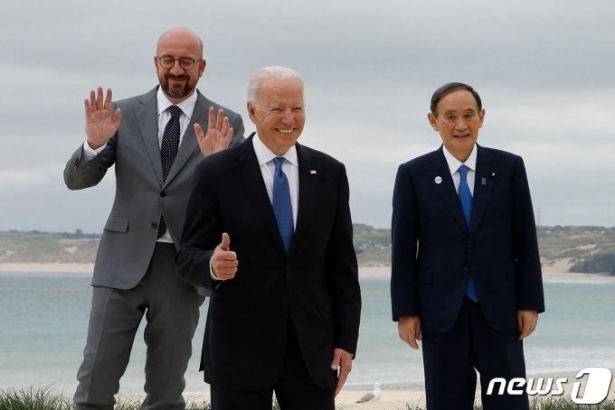 조 바이든 미국 대통령이 11일(현지시간) 영국 콘월 카비스 베이에서 열린 G7 정상회의에 앞서 스기 요시히데 일본 총리, 샤를 미셸 EU 정상회의 상임의장과 포즈를 취하고 있다. © AFP=뉴스1 © News1 우동명 기자