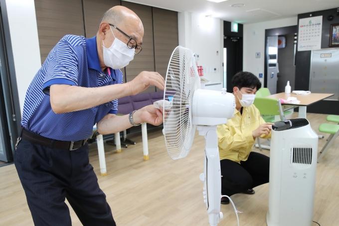 경로당 운영 재개 사전 준비 모습(성동구 제공).© 뉴스1