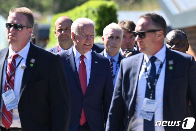 12일(현지시간) 영국 콘월 카비스베이에서 열린 주요7개국(G7) 정상회의에 참석한 조 바이든 미국 대통령(사진 가운데). © AFP=뉴스1