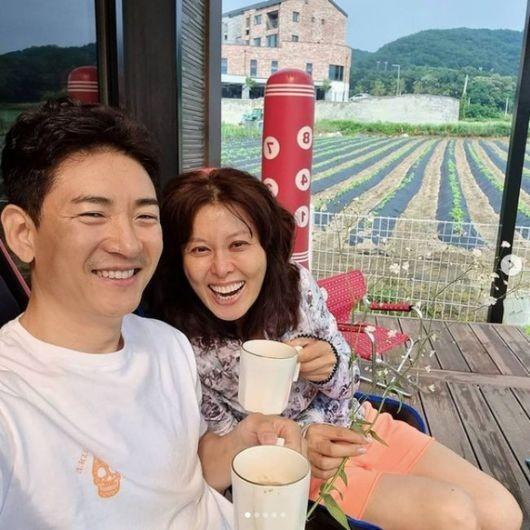 배우 홍지민과 남편의 모습 /사진=홍지민 SNS