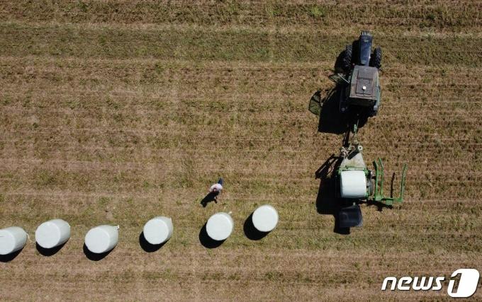 스위스 펜타즈에서 한 농부가 지난달 13(현지시간) 살충제 금지안에 대한 국민투표를 앞두고 트렉터를 이용해 농사를 짓고 있다. © 로이터=뉴스1 © News1 원태성 기자