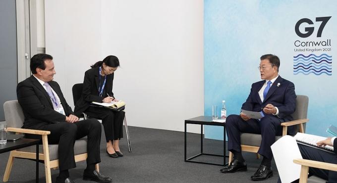 G7(주요 7개국) 정상회의 참석차 영국을 방문한 문재인 대통령이 12일(현지시각) 영국 콘월 시내 한 호텔에서 파스칼 소리오 아스트라제네카 회장과 면담을 갖고 있다./사진=뉴스1. 청와대 제공