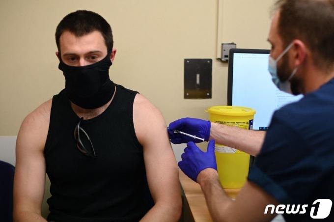 코로나19 백신을 접종하는 영국 주민. © AFP=뉴스1