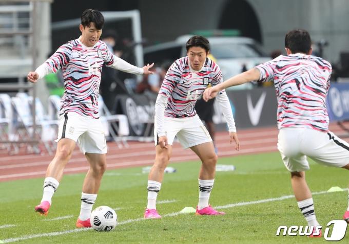 경기를 앞두고 몸을 풀고 있는 손흥민(왼쪽)과 황의조 등의 모습. /뉴스1 © News1 송원영 기자