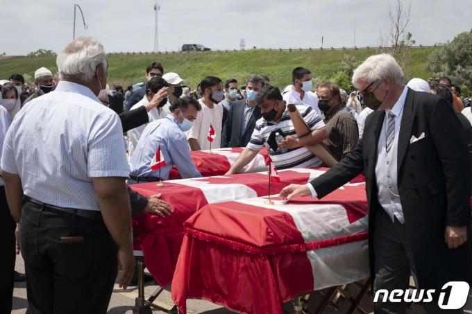 캐나다 온타이로주 런던시에서 지난주 발생한 파키스탄계 무슬림 일가 트럭 테러 참변을 애도하기 위한 추모행사가 12일(현지시간) 열렸다. © AFP=뉴스1 © News1 원태성 기자