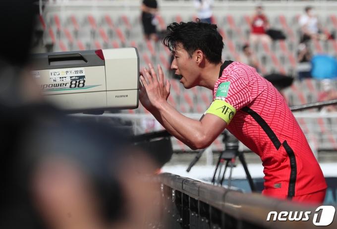 [사진] 옛 동료 쾌유 응원 세리머니 하는 손흥민