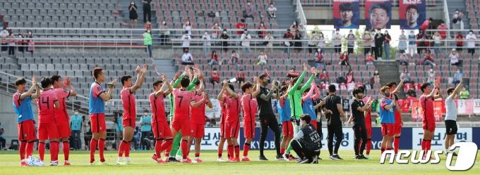 [사진] 팬들 향해 인사하는 대한민국 축구대표팀 선수들