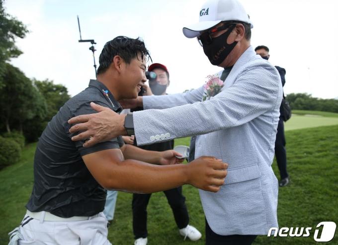 [사진] 축하받는 김주형