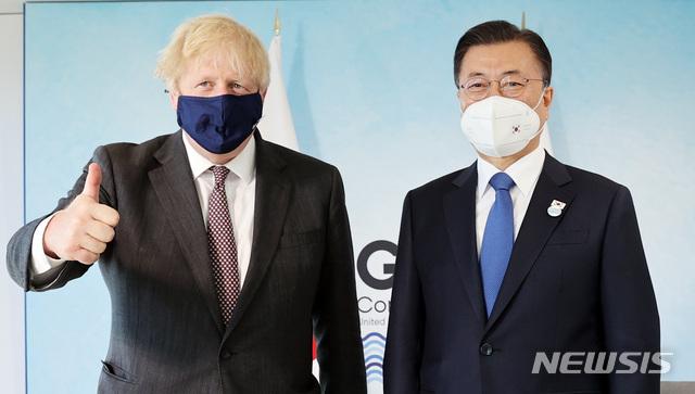 G7 정상회의 참석차 영국을 방문한 문재인 대통령(오른쪽)이 13일(현지시각) 영국 보리스 존슨 영국 총리와 정상회담을 하기 전 기념촬영을 하고 있다. /콘월(영국)=뉴시스 박영태 기자
