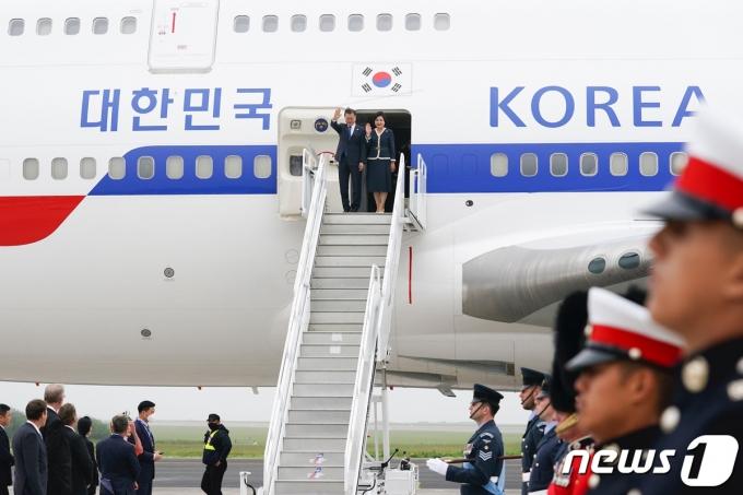 문재인 대통령과 부인 김정숙 여사가 11일(현지시간) G7 정상회의 참석차 영국 콘월 뉴키 공항에 도착해 인사를 하고 있다. (청와대 제공) 2021.6.12/뉴스1 © News1 이광호 기자