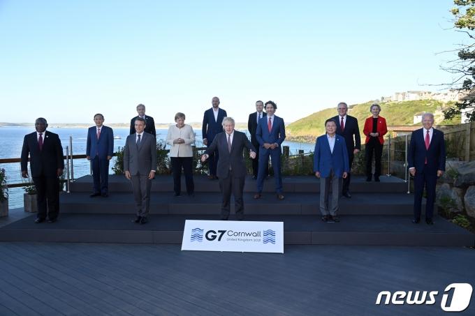G7 정상회의 참석차 영국을 방문한 문재인 대통령(앞줄 오른쪽 두 번째)이 12일(현지시간) 영국 콘월 카비스베이 양자회담장 앞에서 참가국 정상들과 기념사진을 촬영하고 있다.(G7 정상회의 제공) 2021.6.13/뉴스1