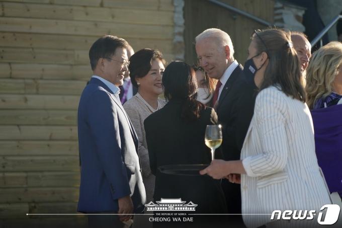 G7 정상회의 참석차 영국 콘월을 방문 중인 문재인 대통령과 부인 김정숙 여사가 12일(현지시간) 조 바이든 미국 대통령과 대화를 나누고 있다. (청와대 페이스북 갈무리). © 뉴스1