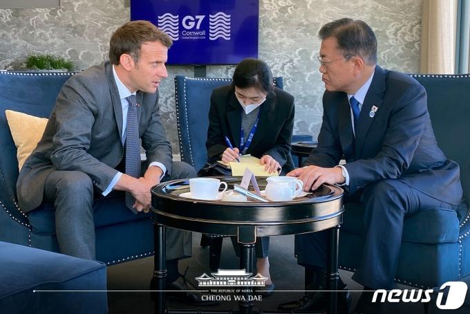 G7 정상회의 참석차 영국을 방문 중인 문재인 대통령이 13일 오전(현지시간) 영국 콘월 카리스베이 정상회담 라운지에서 마크롱 프랑스 대통령과 약식회담을 갖고 있다. (청와대 페이스북) 2021.6.13/뉴스1