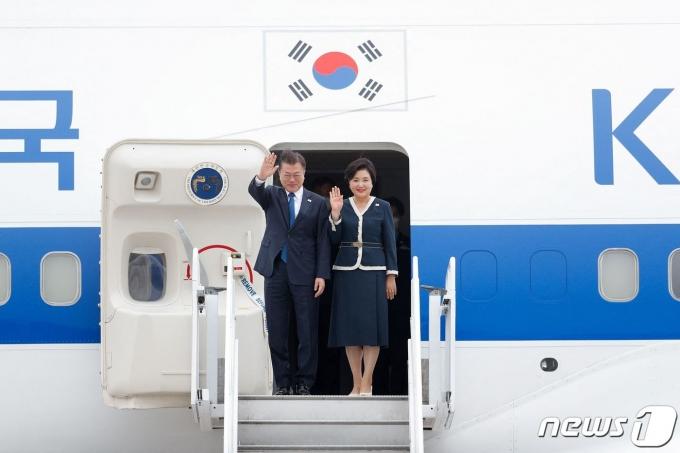 문재인 대통령과 부인 김정숙 여사. 2021.6.12/뉴스1 © AFP=뉴스1