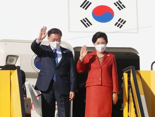 오스트리아를 국빈방문 하는 문재인 대통령과 김정숙 여사가 13일(현지시간) 오스트리아 비엔나 국제공항에 도착해 전용기에서 내리며 손을 흔들고 있다. /사진=뉴시스