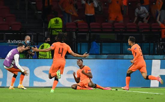 네덜란드가 14일 오전(한국시각) 네덜란드 암스테르담 요한 크루이프 아레나에서 열린 우크라이나와의 유로2020 C조 조별라운드 첫 경기에서 3-2로 승리했다. 사진은 둠프리스가 결승골을 넣은 후 환호하는 모습. /사진=로이터