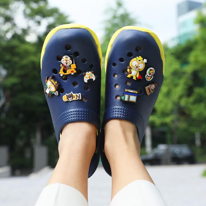이마트24 e몬 신발 액세서리를 꽂은 모습 /사진=이마트24