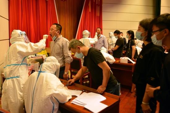미국 국무부 장관이 중국을 향해 신종 코로나바이러스 감염증(코로나19) 기원 조사에 협조하라고 촉구했다. 중국 안후이성 루안에서 의료진이 주민으로부터 검체를 채취하고 있다. /사진=로이터
