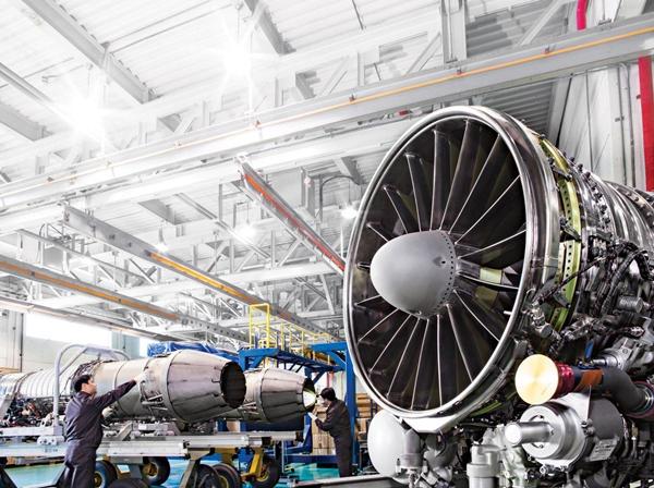 한화에어로스페이스 근로자들이 항공기 엔진을 검수하고 있다. /사진=한화에어로스페이스