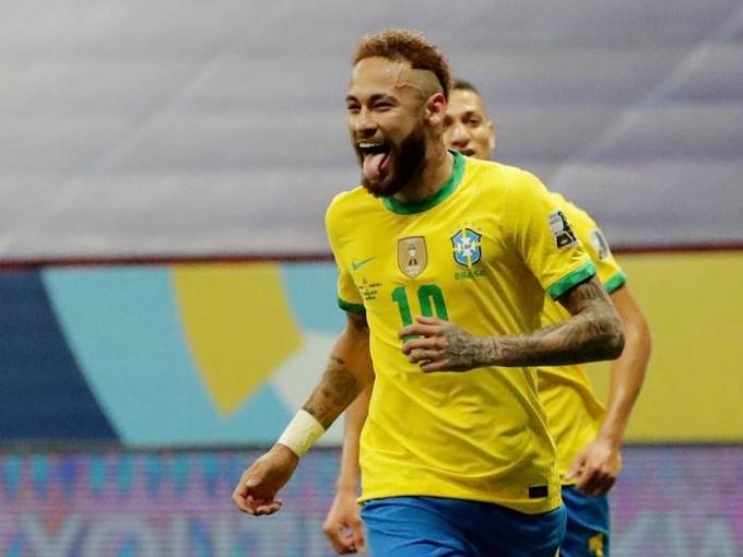14일(한국시각) 코파 아메리카 개막전에서 브라질의 네이마르가 상대 수비 반칙으로 얻어낸 패널티킥을 성공시키고 환호하고 있다./사진=로이터