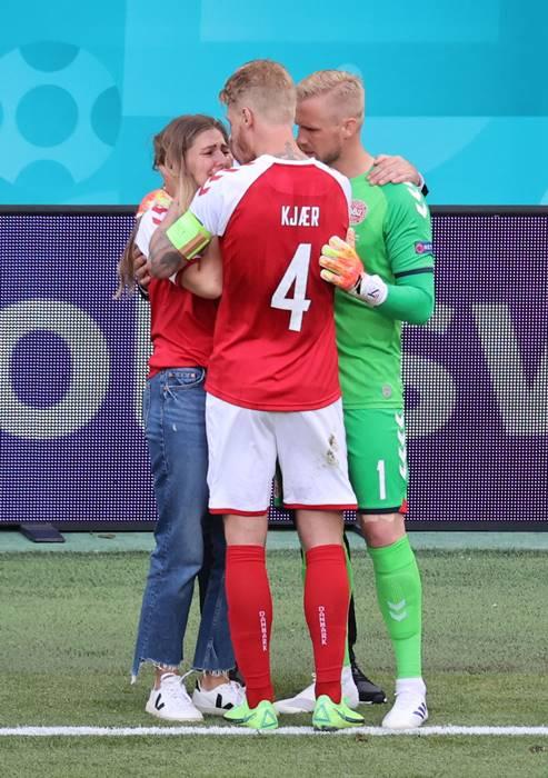 지난 13일(한국시각) 덴마크와 핀란드의 유로2020 B조 1차전에서 크리스티안 에릭센이 쓰러지자 에릭센의 여자친구가 경기장에 내려와서 울음을 터트렸고 주장 시몬 키예르와 카스퍼 슈마이켈(오른쪽) 골키퍼와 함께 그를 위로했다. /사진=로이터