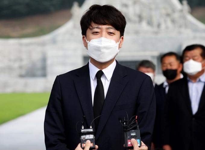 이준석 국민의힘 대표는 14일 대전현충원을 찾아 천안함 희생 장병 유족을 만났다. /사진=뉴스1