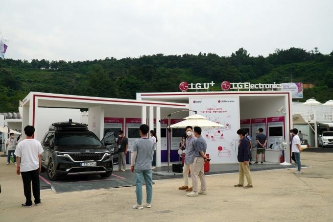 '서울 스마트 모빌리티 엑스포 2021' 행사장을 찾은 관람객들이 전시부스에서 자율주행차를 살펴보는 모습. /사진제공=LGU+
