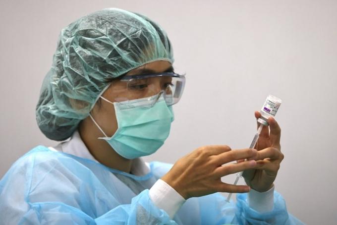 지난 13일 홍콩 언론 사우스차이나모닝포스트(SCMP)에 따르면 쑤이런 전 대만 국가위생연구원 전염병연구소 소장이 대만 정부가 백신 확보에 적극적이지 않았다고 지적했다. 사진은 지난 2일 한 간호사가 대만 타이베이에서 아스트라제네카 백신 접종을 준비하는 모습. /사진=로이터