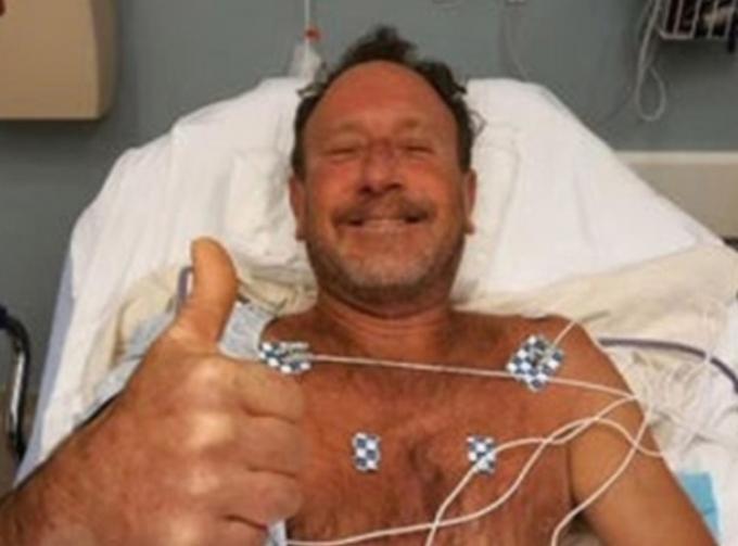 지난 13일(현지시각) 뉴욕포스트 등은 혹등고래 입 속에 들어갔다가 생존한 마이클 패커드의 놀라운 사연을 보도했다. 사진은 패커드가 병원에서 치료를 받고 있는 모습. /사진=트위터 캡처