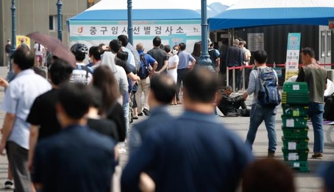 코로나19 일일 확진자 수가 14일 0시 기준 399명을 기록했다. 14일 오전 서울역에 마련된 중구임시선별진료소에서 시민들이 코로나 검사를 위해 줄 서 있는 모습. /사진=뉴스1
