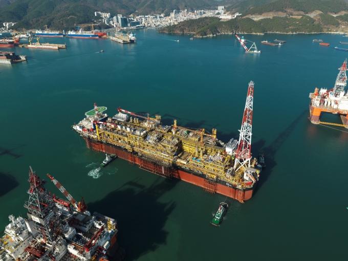 대우조선해양이 대형 해양설비를 수주하며 일감확보에 박차를 가하고 있다. 대우조선해양이 건조한부유식 원유 생산저장하역 설비. /사진=대우조선해양