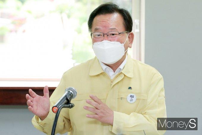 [머니S포토] 학교 방역상황 점검 소감 전하는 김부겸 총리