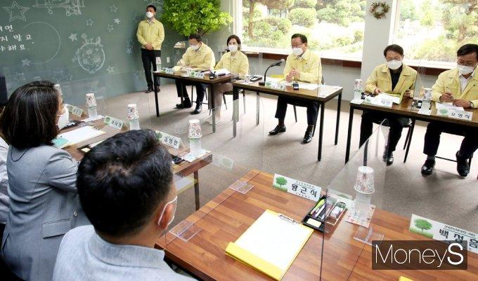 [머니S포토] 김부겸 총리, 코로나19 학교 방역상황 점검 간담회