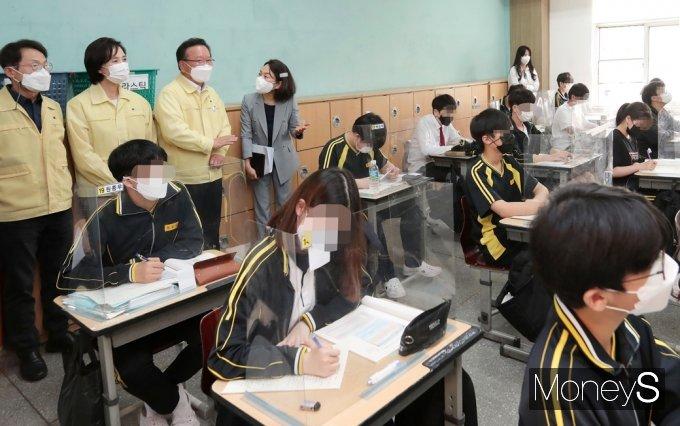[머니S포토] 학교 방역상황 점검, 수업 참관하는 김부겸 총리