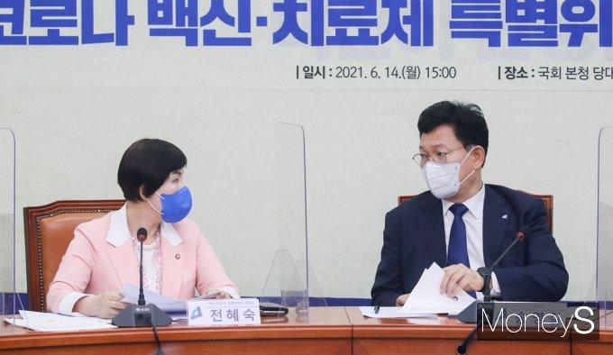 [머니S포토] 與 백신·치료제 특위 3차, 의견 나누는 송영길-전혜숙