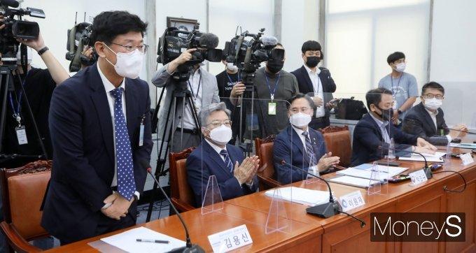 [머니S포토]與 백신 특위 3차 회의 참석한 김용신 삼바 지원센터장