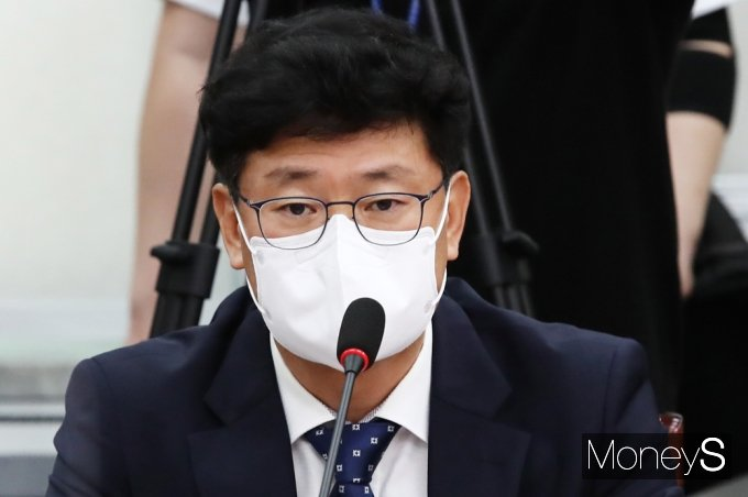 [머니S포토] 삼바 김용신, 민주당 백신·치료제 특위 참석 가운데