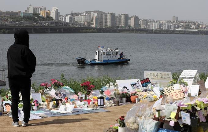 김창룡 경찰청장이 고 손정민씨 사망 사건 관련 가짜뉴스에 엄정 대응하겠다고 14일 밝혔다. 사진은 지난달 24일 수색 작업을 펼치는 한강경찰대. /사진=뉴스1