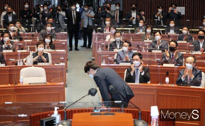 [머니S포토] 국민의힘 의원총회, 당대표로 참석한 '이준석'