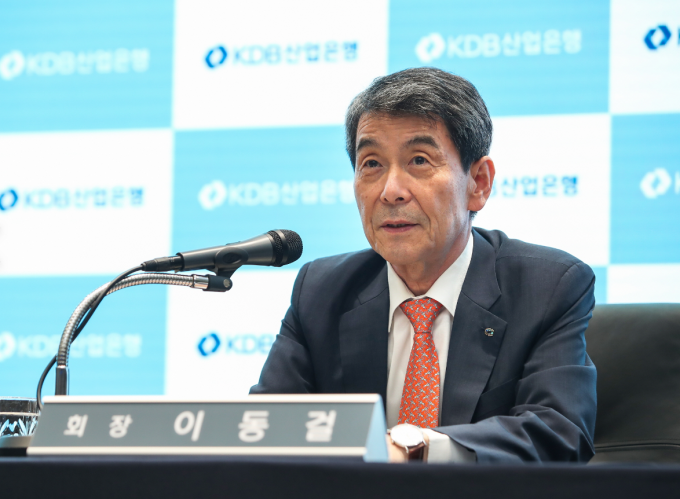 이동걸 산업은행 회장이 14일 열린 온라인 브리핑에서 기자들의 질의에 답변하고 있다./사진=산업은행